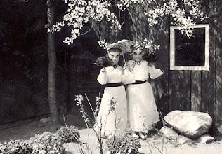 Photo: Aaltje Nijhof en Marchie Mennega (de siamese tweeling)