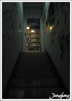 有河Book樓梯與門口