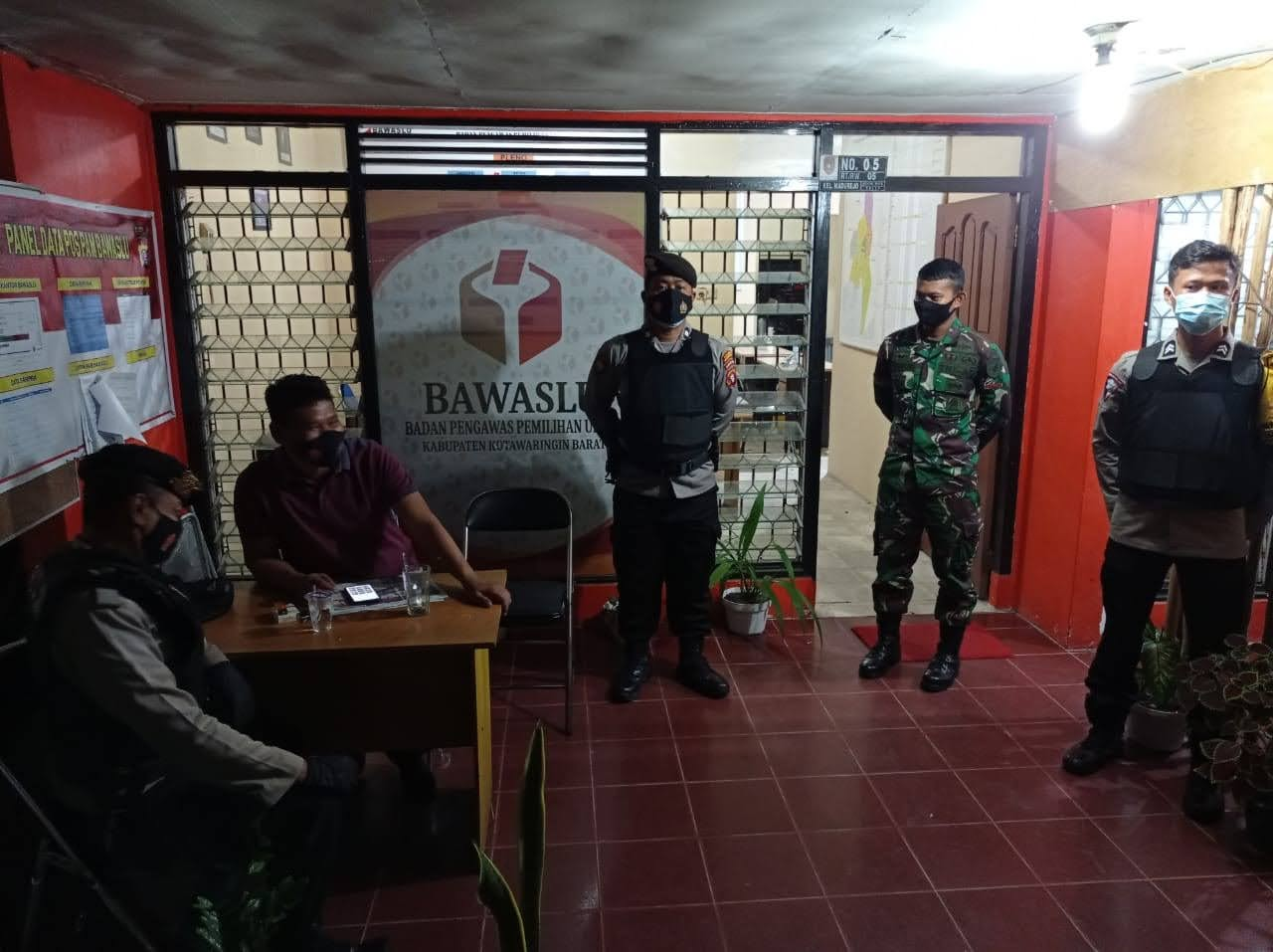 anggota satbinmas polres kobar melaksanakan pengamanan di kantor bawaslu
