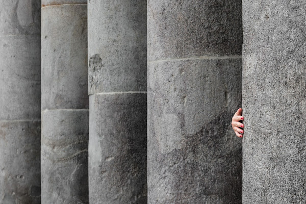 dietro la colonna di Rino Lio