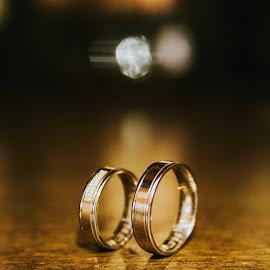 Wedding rings by Daniel Pasca - Wedding Details ( love, reflection, creative light, golden, love story, grain, wedding rings )