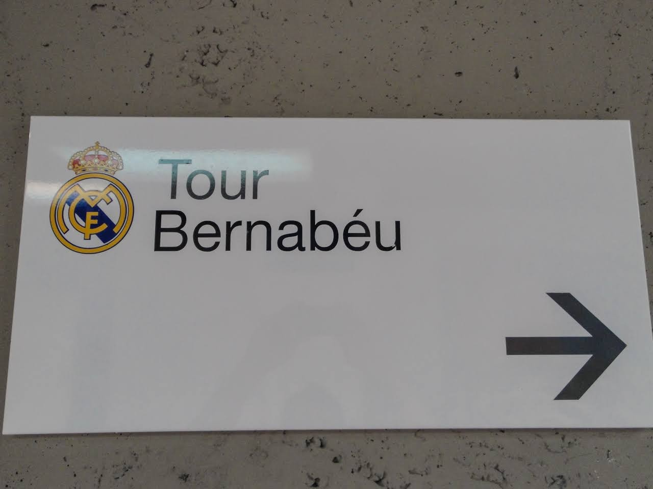 A sign for the Tour Bernabéu
