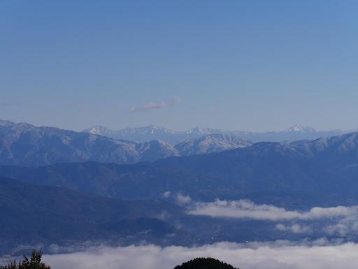 奥に南アルプス(左から北岳・間ノ岳・農鳥岳・塩見岳など)