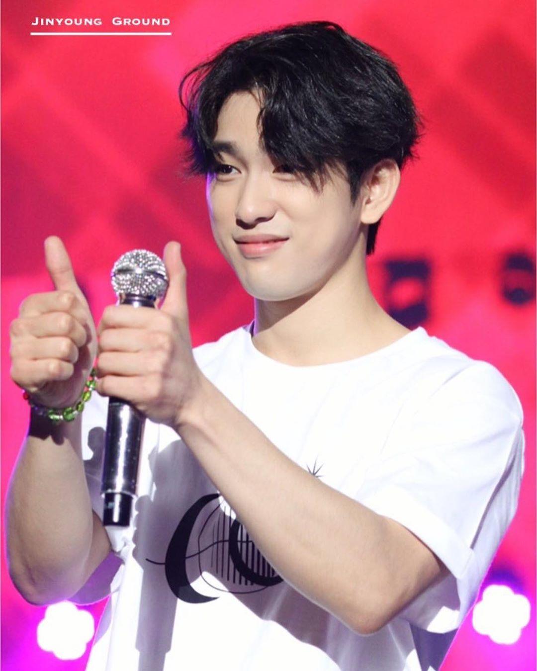 jinyoung thumbs