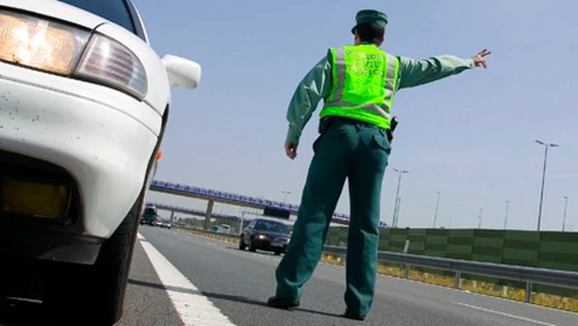Un agente de la Guardia Civil en un control.