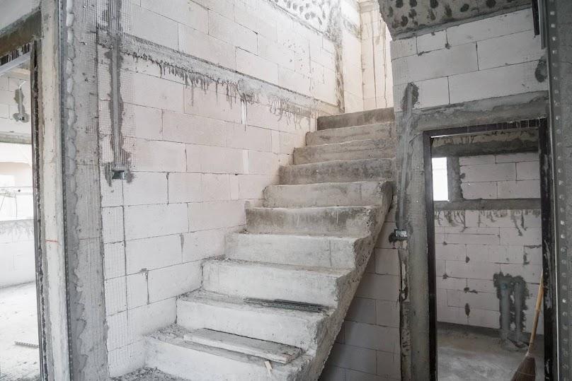 Budowa schodów betonowych w domu