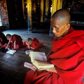 Shwe Yaunghwe Kyaung Monastery by Roberto Nencini - People Street & Candids