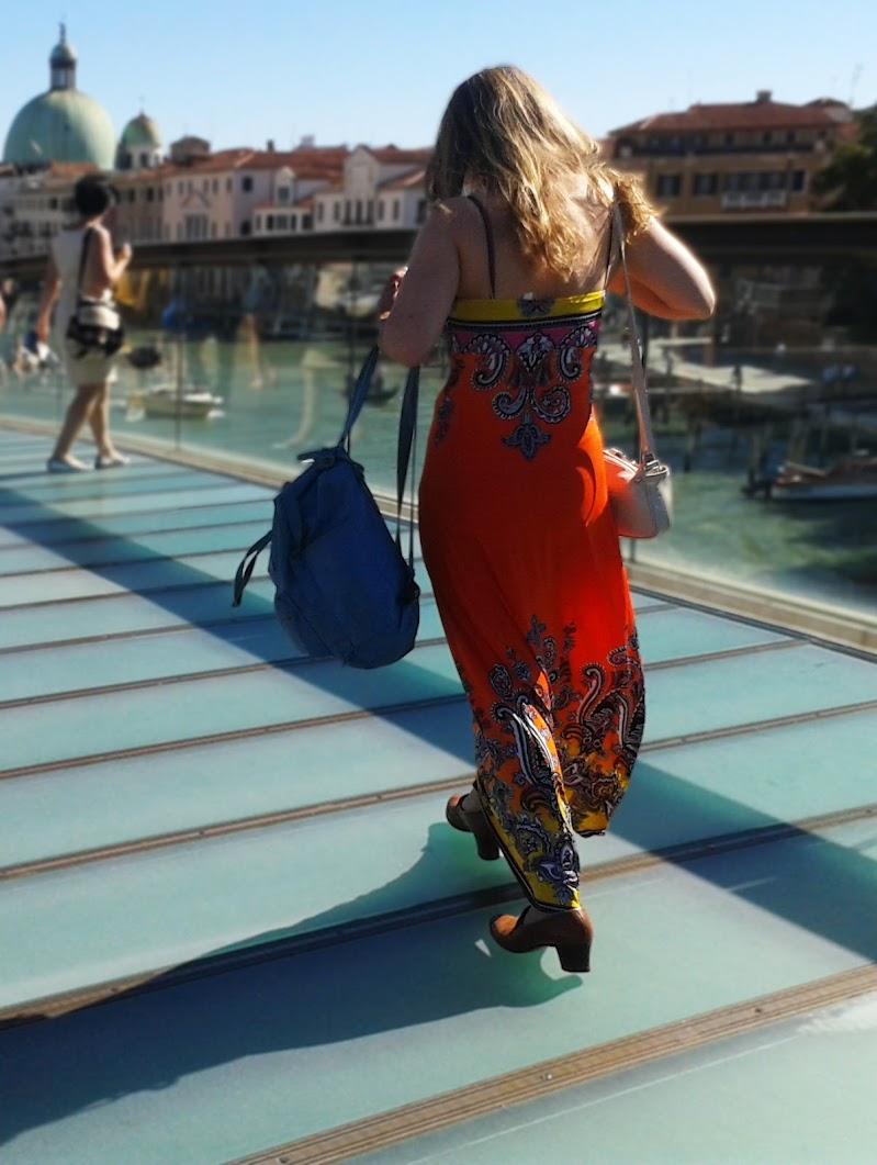 Chi ha bisogno di più di una valigia è un turista, non un viaggiatore. (Ira Levin) di _Chiara_
