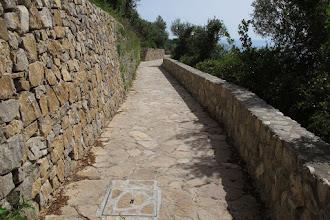 Photo: Si torna a procedere quasi in piano fra nuovi muri a secco a monte e muretti di pietre e malta a valle