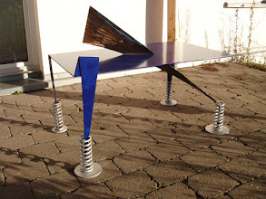 Photo: ANTI-WEINGLAS-KLECKERTISCHDesign der Serie BLAU, Restbleche von Caesar's Brunisacher Bogen, www.mo-metall.de