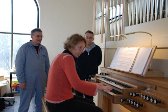 Photo: Šef, organistka in intonater - Der Chef, die Organistin und der Intonateur - The boss, the organist and the voicer