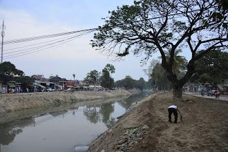Photo: 6- Comme beaucoup de villes au Cambodge, Siam Reap est traversée par une rivière. Ici la rivière Siam Reap qui a donné son nom à la ville. Nous sommes à la saison sèche, et on en a profité pour réaménager les berges, augmenter leur largeur pour maîtriser les crues et doubler la capacité du réseau d'assainissement.