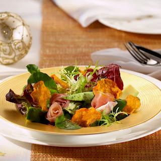 Blattsalat mit Avocado und Süßkartoffel-Chips