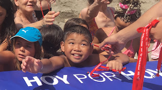 Los niños recogen las pulseras repartidas por Grupo Control