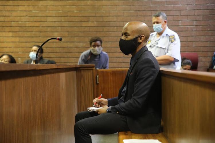 Nthuthuko Shoba,据称谋杀八个月怀孕情人Tshegofatso Pule的谋杀案,出现在Roodepoort Magistrate的法庭上。Shoba的律师回应了国家的论点。