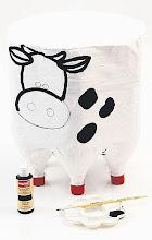 Photo: 6 – Depois, desenhe o rosto da vaquinha com o lápis e pinte com as tintas acrílicas decorativas.  PRONTO!