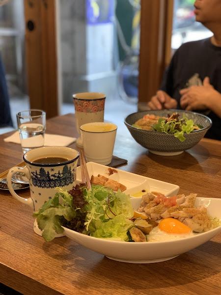 青醬雞肉麵線,生菜超脆,太陽蛋煎的超美,青醬跟麵線超合,太好吃了