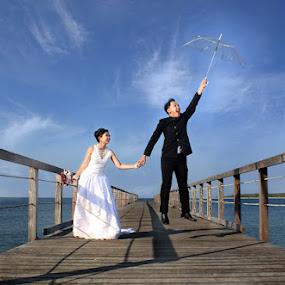 by Muhamad Anshorullah - Wedding Bride & Groom ( foto prewedding, pantai, prewedding, prewedding adi, langit biru, adi, beach, dian, tanjung lesung, prewedding dian,  )
