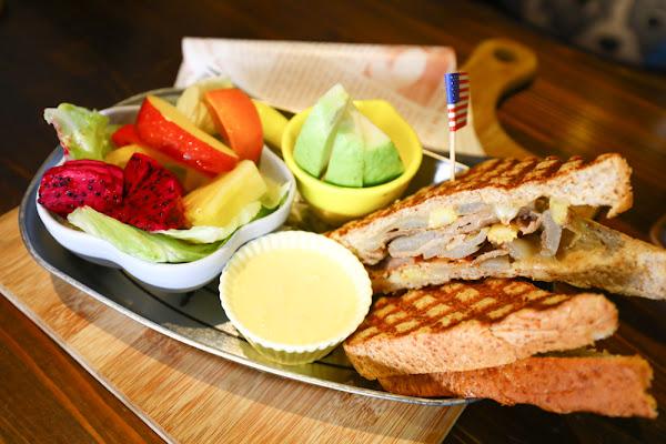 花蓮美食、寵物友善餐廳咖啡廳|First Floor Caf'e壹樓貓·咖啡。創意早午餐、美味竹碳黑鬆餅