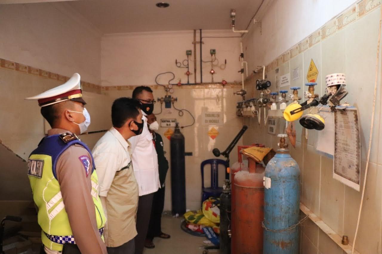 Antisipasi Kelangkaan Oksigen Petugas Cek Rumah Sakit