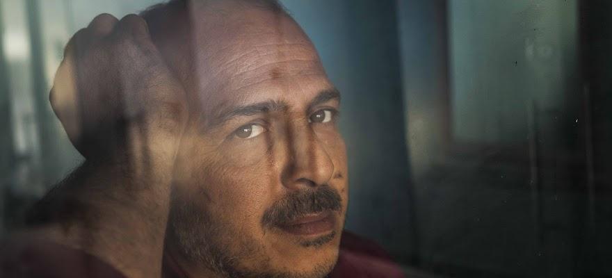 Mężczyzna za oknem zaburzenia osobowości osobowość lękliwa