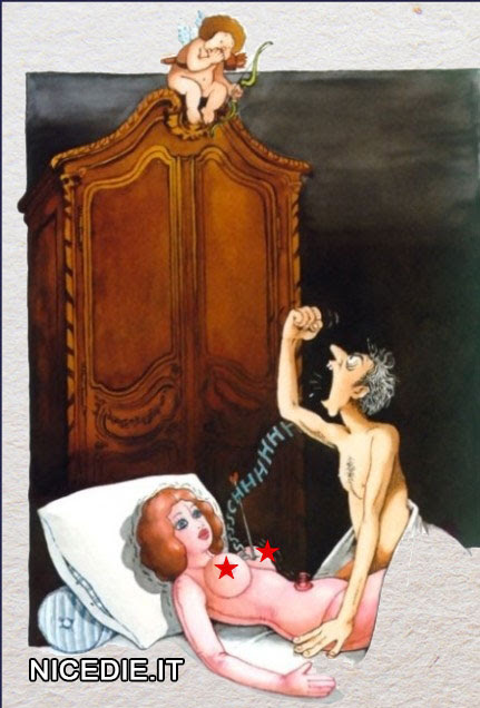 un uomo a letto con la bambola di gomma, cupido tira una freccia e la buca