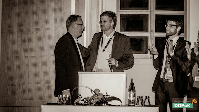 Photo: DGPuK 2014 Gala-Abend in der Innsteg-Aula  Applaus für Klaus-Dieter Altmeppen zum Dank für seine Amtszeit als Vorstandsvorsitzender der DGPuK, u.a. vom neugewählten Vorstandsvorsitzenden Oliver Quiring (mittig)   Foto: Janertainment Janine Amberger