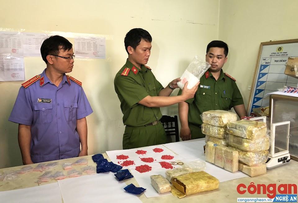 Cơ quan CSĐT Công an TP Vinh phối hợp với Viện KSND cùng cấp kiểm tra số ma túy thu giữ trong 1 chuyên án - Ảnh: Hải Việt