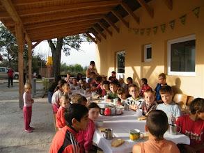 Photo: Reggeli az Emmaus ebédlő teraszán a szabadban.