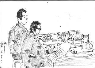 Photo: 點藥2011.02.16鋼筆 兩個雜役一來一往,將滿桌子的自購藥清點完成…