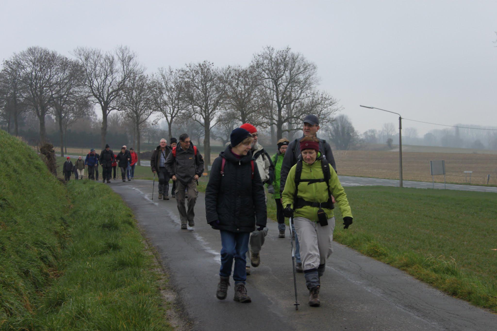 Photo: We stappen op een rustige weg naast de hoofdweg...