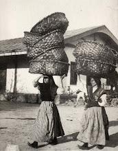 Photo: Mulleres carrexadoras.Co muído na cabeza eran auténticas equilibristas.