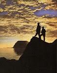 2 soldaten op wacht op berg bij zonsondergang