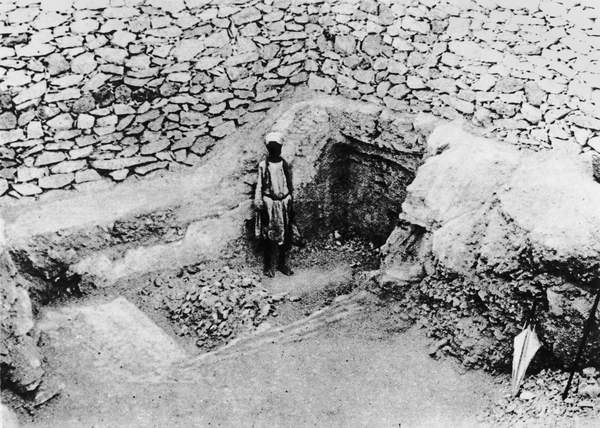 Image of The 'Step cut in the Rock', which led Mr Carter to the discovery of Tutankhamun's tomb: the entrance before excavation (b/w photo), The Illustrated London News Picture Library, London, UK, © Bridgeman Images