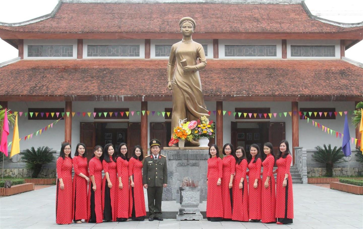 Đoàn chụp ảnh lưu niệm tại Nhà lưu niệm đồng chí Nguyễn Thị Minh Khai
