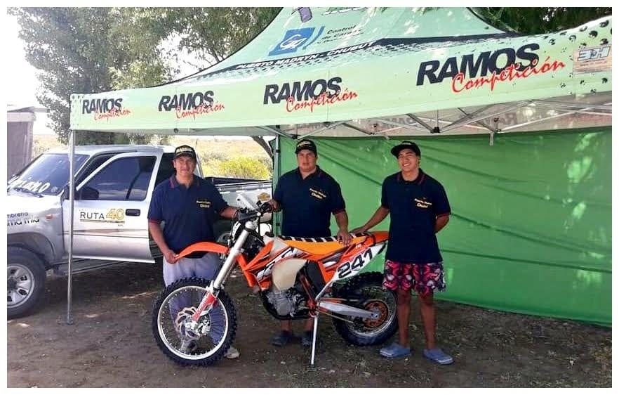 Daniel Ramos (centro), con su padre y su hermano Matías.