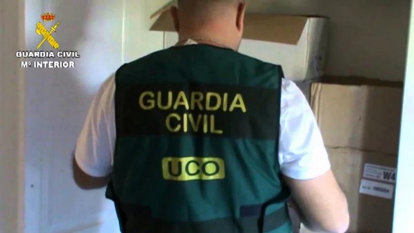 Un agente de la UCO durante un registro en una imagen de archivo