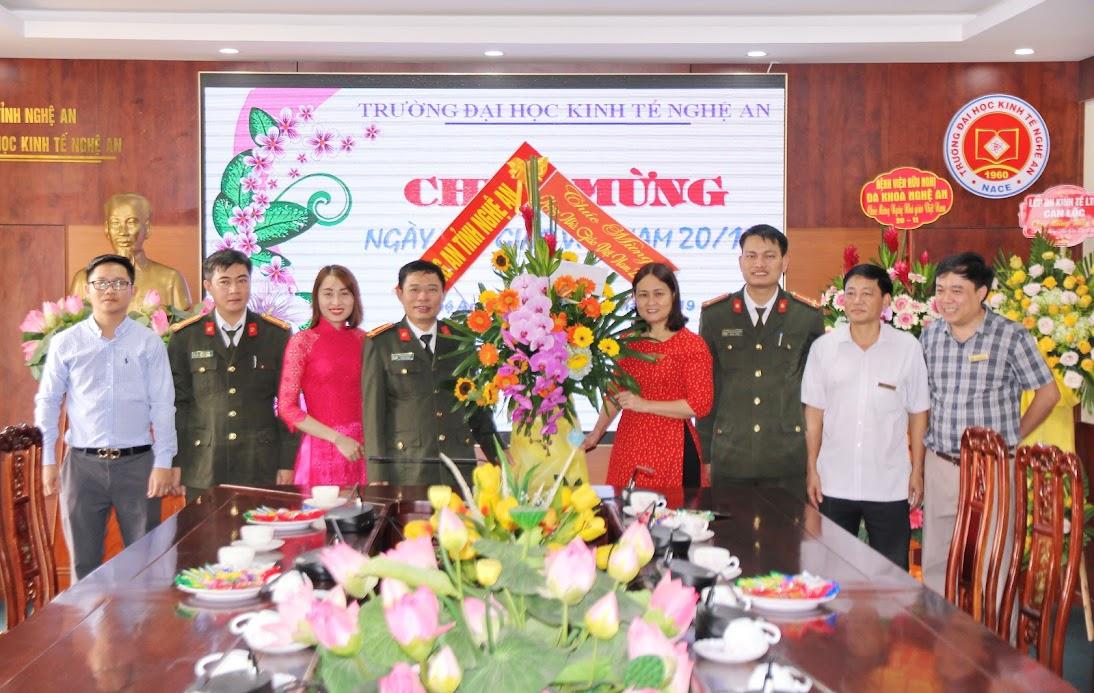 Tặng hoa chúc mừng Trường ĐH Kinh tế Nghệ An