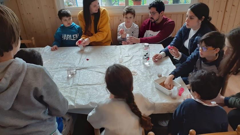 Las familias crean rutinas y actividades para superar la cuarentena.