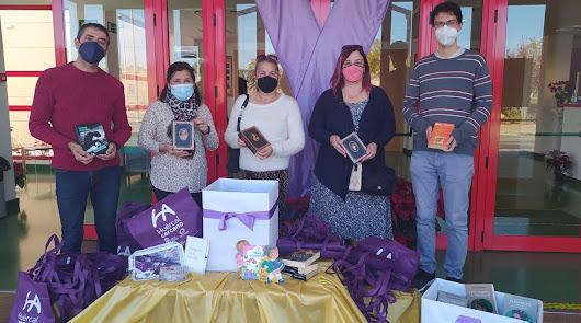 Huércal de Almería dona 75 libros a la Asociación de Mujeres Adarve del Río