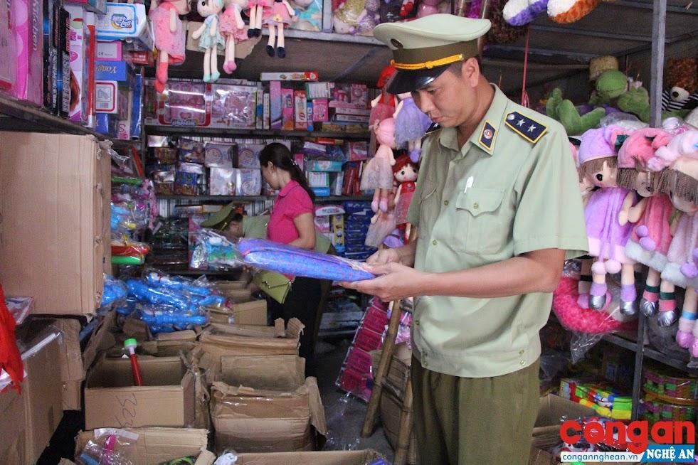 Lực lượng quản lý thị trường kiểm tra các đồ chơi không rõ nguồn gốc, xuất xứ