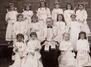 Photo: Pierwsza Komunia Święta . W środku ks.Czesław Jurczyk.  Zdjęcie udostępnione prze P.Ewe Aksamit.