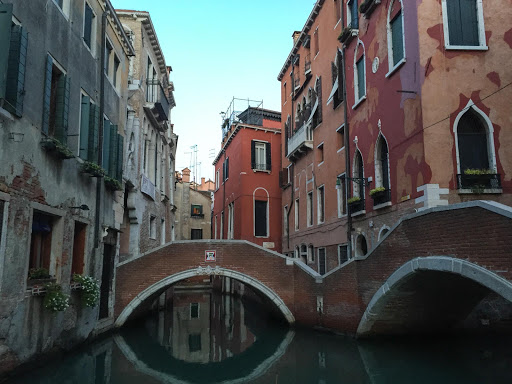 Venice-canal-at-daybreak.jpg - The canals of Venice at daybreak.