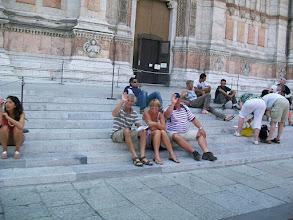 Photo: 21e Dag, woensdag 5 augustus 2009 Ferrara ,vertrek: 08.10 uur Bologna, aankomst: 15.30 uur Temp. maximum: 32 graden, Wind: 2 Bfr, Windrichting: w. Weerbeeld: regen en bewolkt Dag afstand: 76,9 km, Tijd: 5:16:10 uur, Gemiddelde: 14.5 km Totaal gereden: 1631 km Bologna Nederlanders op de trappen.