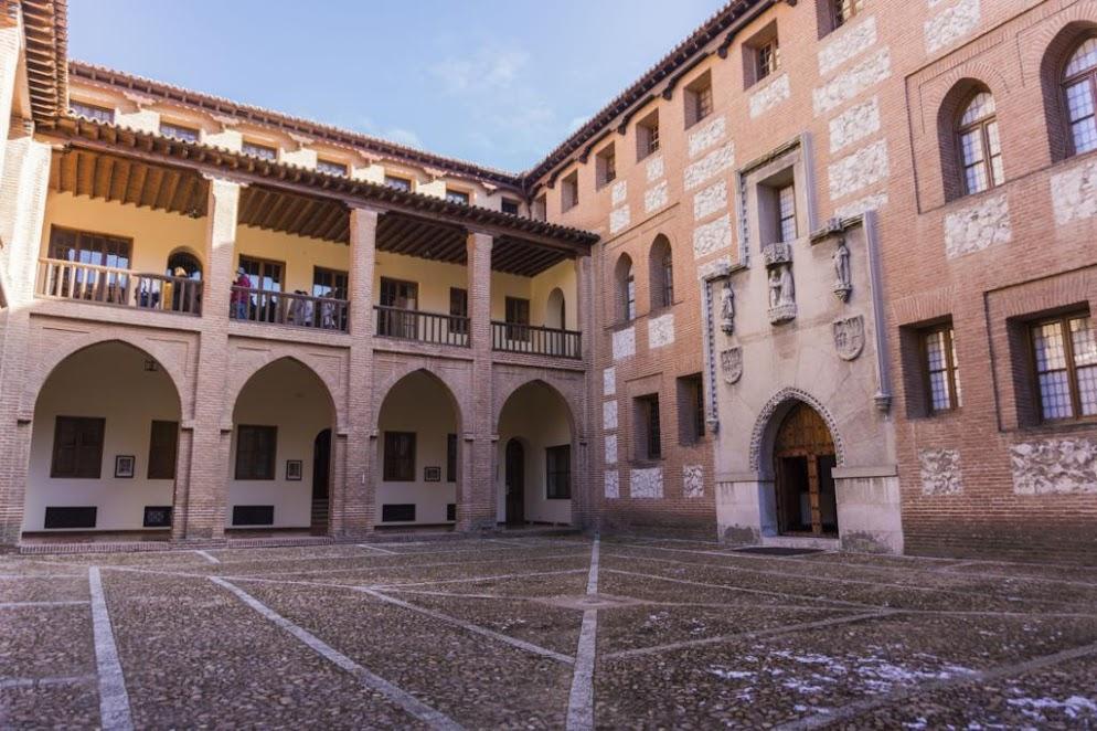 Patio de armas del Castillo de Mota.