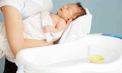 tắm cho bé mùa đông