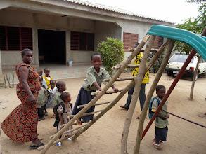 Photo: le toboggan date de 10 ans, mais la réparation locale de fortune lui redonne vie