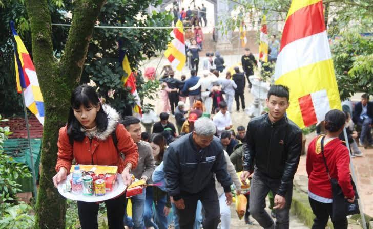 Du khách đi lễ chùa hương
