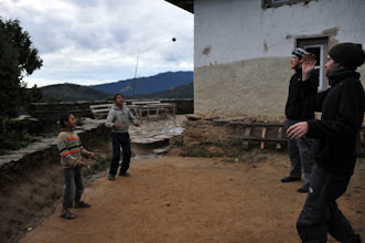 Photo: 近所の少年と玉遊び。