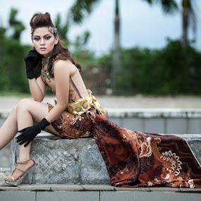 Yossy w/ Batik-dress by Bambang Leksmono - People Fashion